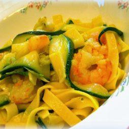 Maak dit heerlijke authentieke Italiaanse recept van Italian Residence: pasta met saffraan saus en tijger garnalen