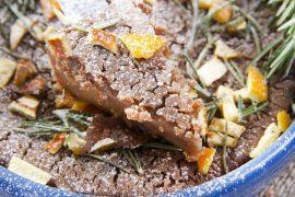 Kastanje taart met kastanje pijnboompitten sinaasappel van de vele smaken van Italian Residence uit de Toscane Garfagnana