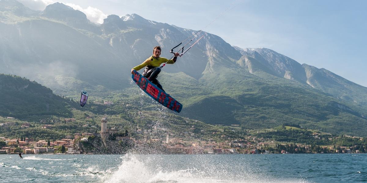 Kite surfen op het gardameer
